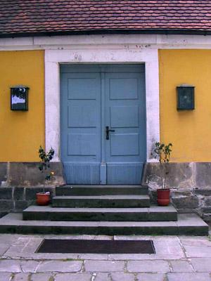 Hinter dieser Tür spielt Daniel Müller-Schott gleich die erste Solo-Suite von Johann Sebastian Bach.